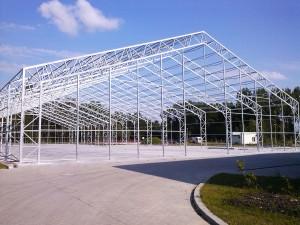 Skladová montovaná hala se sedlovou střechou ve fázi stavby